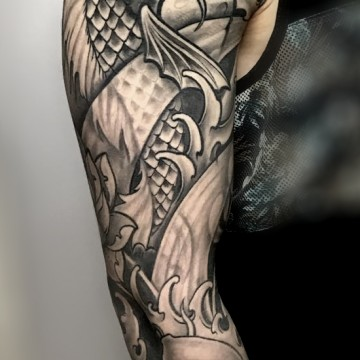 tattoo-fullsleeve-black-and-grey-for-men-asia-koi-waves-renegolker-voltfoltertattoostudio