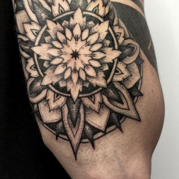 tattoo-münchen-for-men-mandala-renegolker-voltfoltertattoostudio