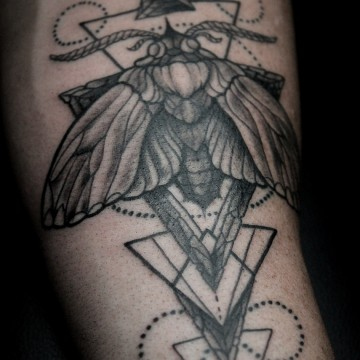 tattoo-munich-moth-motte-geometric-for-men-renegolker-voltfoltertattoostudio