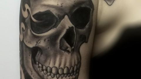 tattoo-munich-skull-shoulder-renegolker-black-and-grey-voltfoltertattoostudio