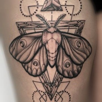 tattoo-for-girl-butterfly-geometric-motte-nachtfalter-renegolker-voltfoltertattoostudio